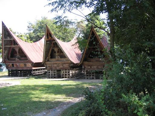 Toba Batak huizen 512x3841 - De regio rond het Tobameer